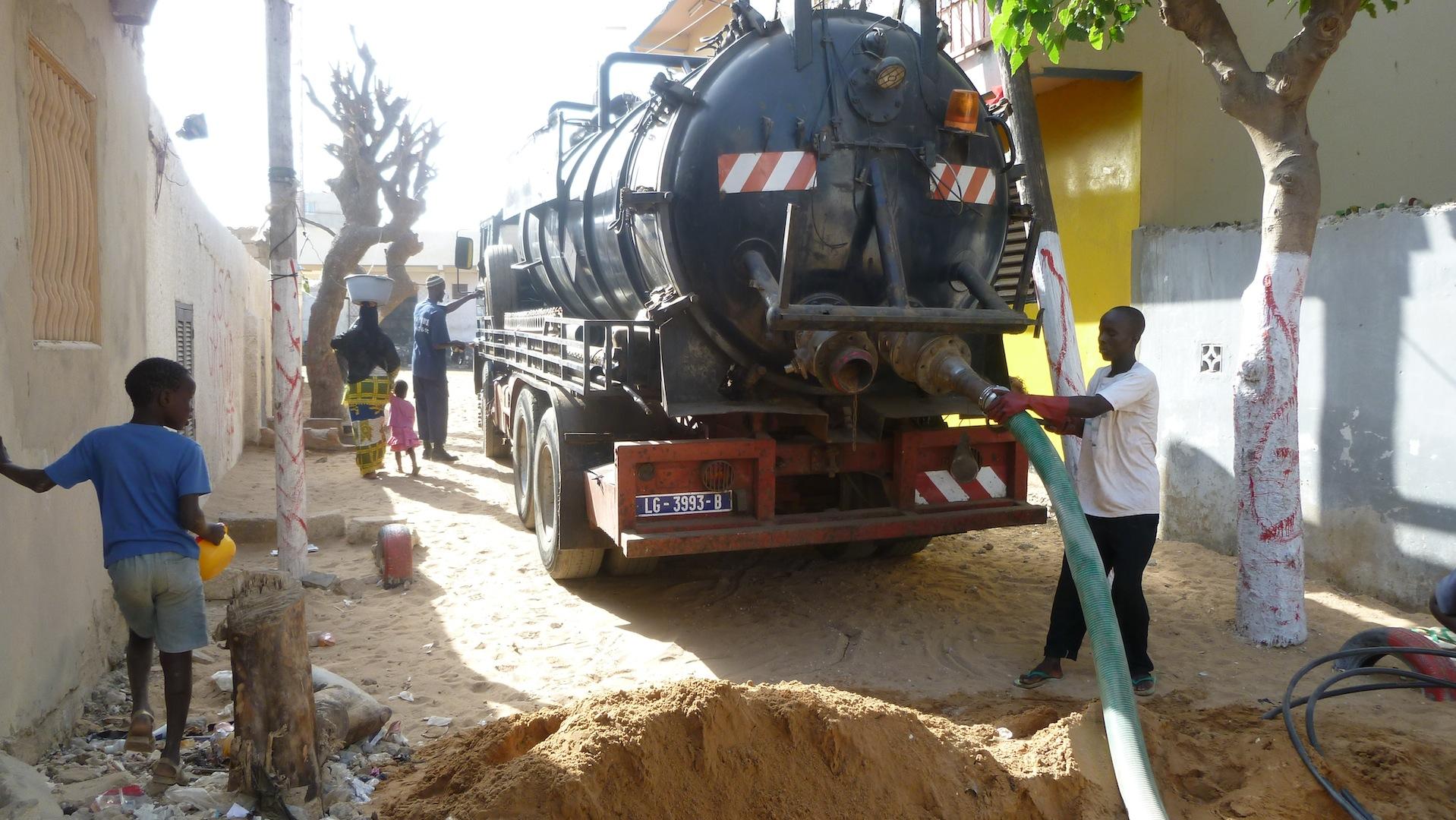 Mechanical emptying of sludge