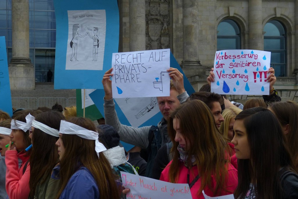 Students in Berlin who demonstrated against the inhumane sanitary situation in wars and crisis regions.