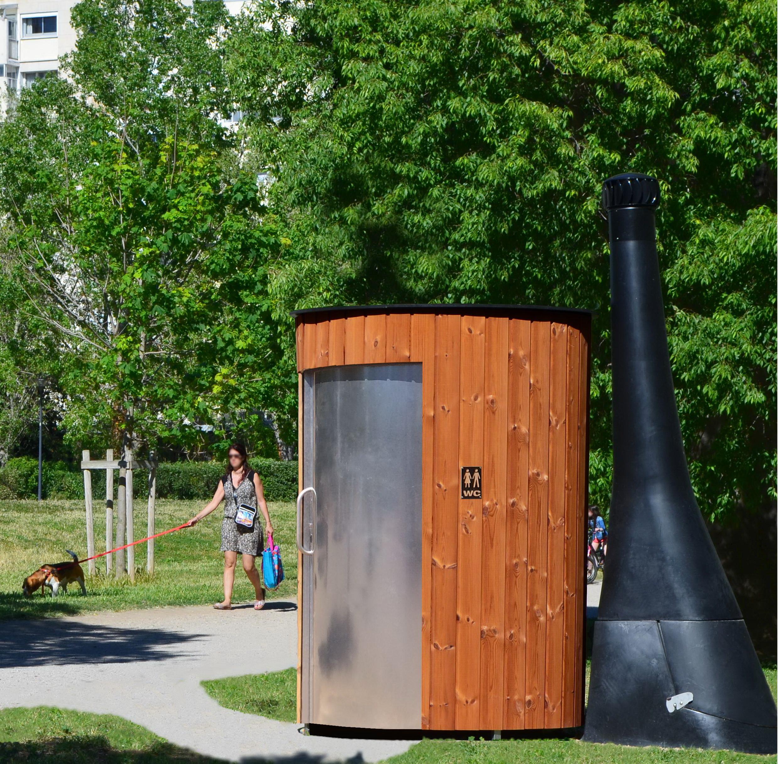 Eine Kazuba-Toilette in einem Stadtpark